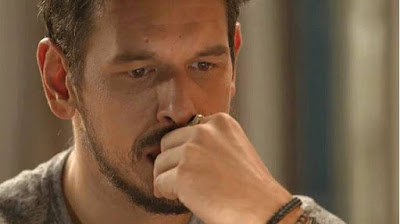 Alain (João Vicente de Castro) assiste palestra de Letícia, sem saber que vai ter uma super-revelação