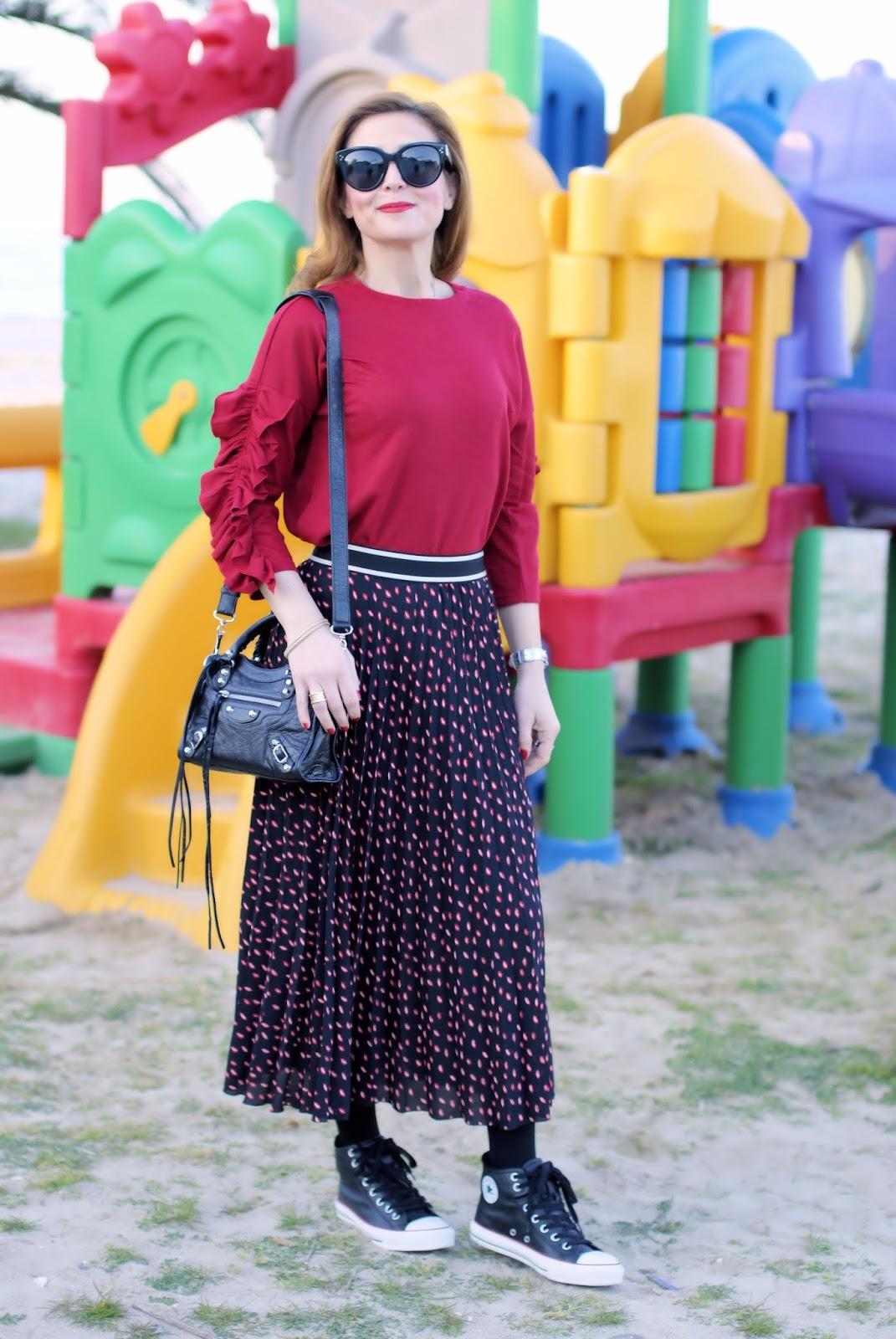 jupe et une touche de rouge rouge rouge | converser chaussures mode et biscuits 9b4470