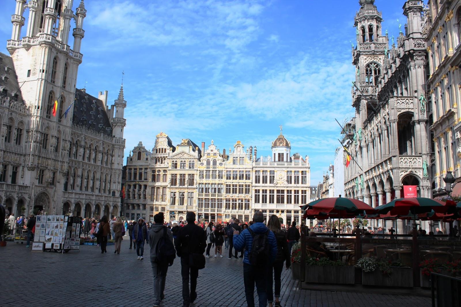 Bruxelles dai tanti contrasti e pure due giovani che vanno al museo