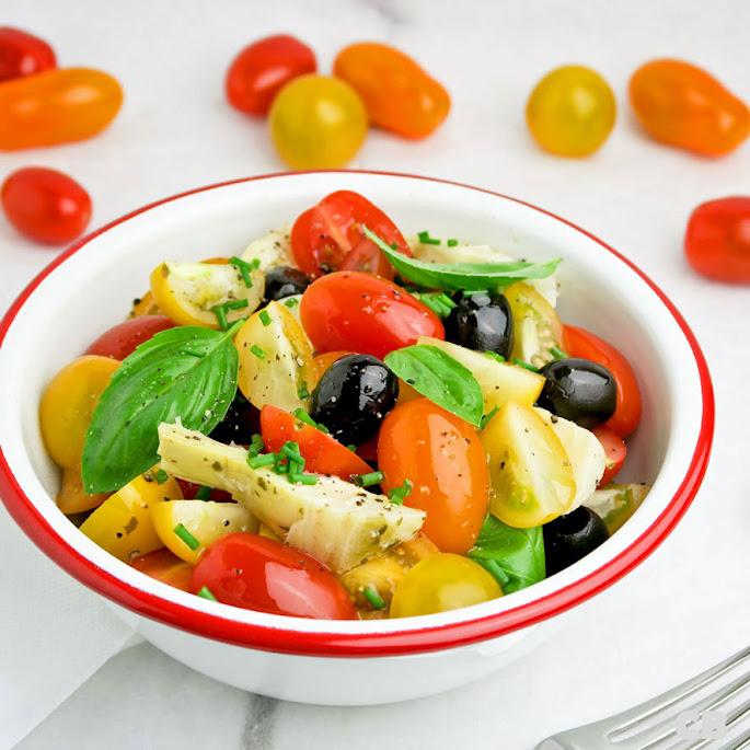 Salade van cherrytomaatjes, artisjokkenharten, olijven en verse kruiden