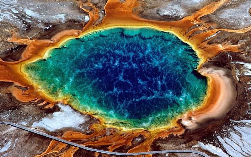 La Gran Fuente Prismática, o también conocida en inglés como 'Grand Prismatic Spring', en el Parque Nacional Yellowstone es la fuente mayor de aguas termales en los Estados Unidos, y la tercera más grande del mundo, junto a la de Nueva Zelanda. Se encuentra en la cuenca del Midway Geyser en el estado de Wyoming.