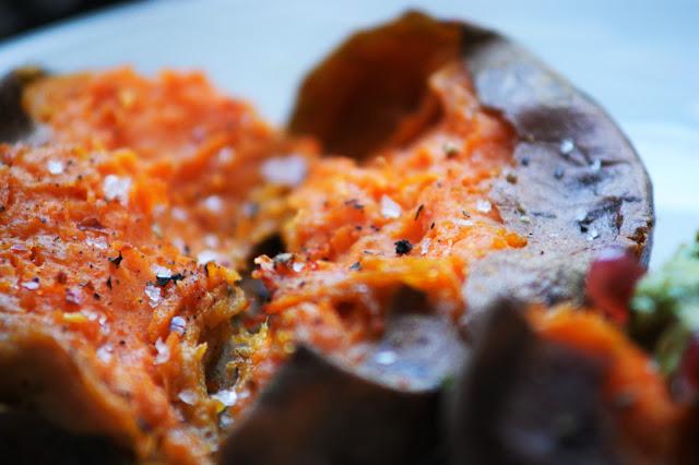 Süßkartoffel aus dem Ofen mit Avocado Creme