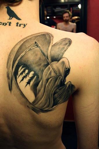 Uma das mais criativas do Grim Reaper tatuagens. O Grim Reaper é visto agachado e segurando a foice, espalhando as asas. Nem todos os Grim Reaper tatuagens têm asas e ele certamente o faz este próprio verdadeiramente interessante para olhar.