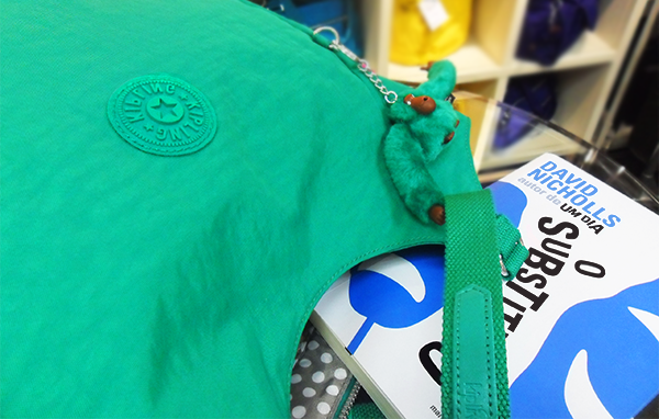2271bc7b2e1 Um livro e um guarda-chuva numa bolsa Kipling