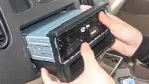 Melepaskan sistem stereo mobil yang lama
