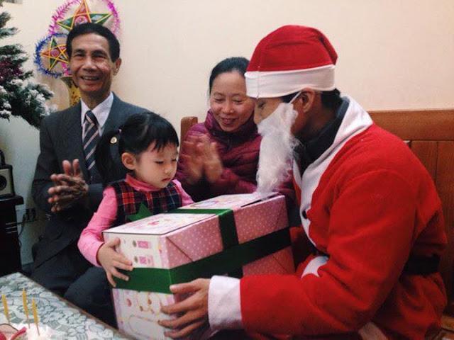 Yeutretho.vn - Mách mẹ bí kíp đặt dịch vụ Ông già Noel tặng quà Giáng sinh cho bé