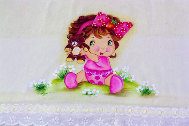 fralda para menina com pintura da moranguinho