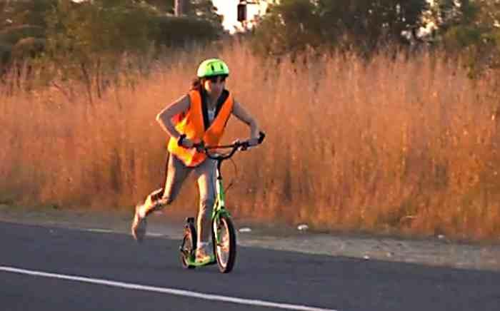 Vratka Pokorna en trottinette sur la route en Australie