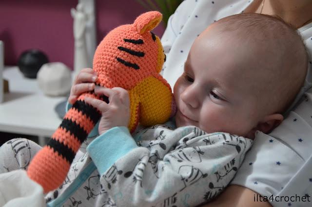 Zabawka dla dziecka, szydełkowa grzechotka w postaci tygryska - maskotki Chrobry Głogów