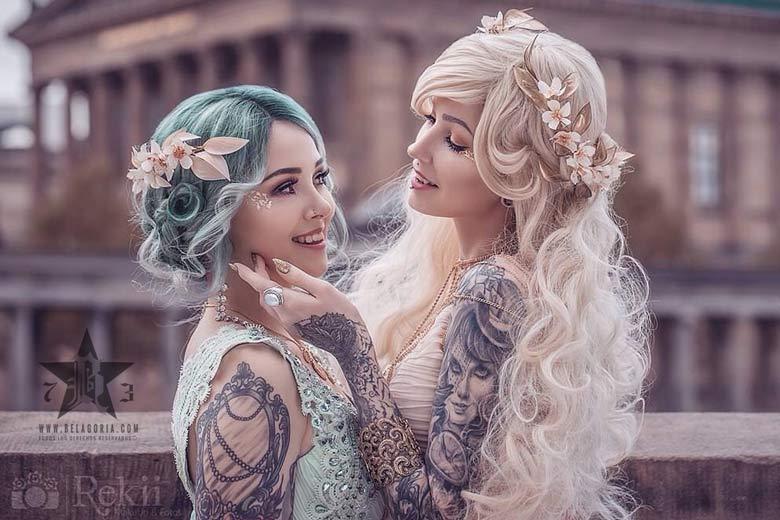 Imagen de dos novias con bellos tatuajes