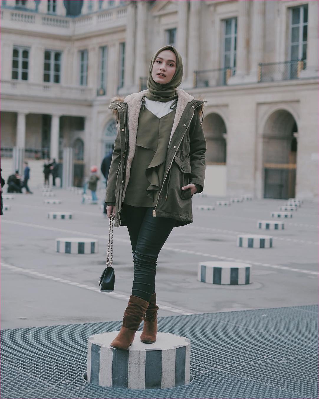 Outfit Baju Traveler Berhijab untuk Keluar Negri Ala Selebgram 2018 jacket parka top blouse outer square hijab rubby mangset putih legging jeans denim boots coklat tua slingbags channel hitam ciput rajut ootd outfit trendy coat