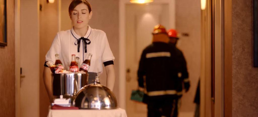Pubblicità Coca Cola coppia in ascensore, DJ e ragazza: Modello e Modella chi sono?
