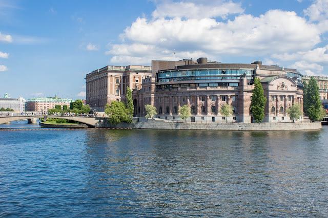 Riksdag, o parlamento sueco no Gamla Stan, o centro histórico medieval de Estocolmo