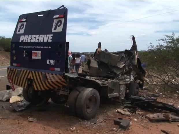 Teto e laterais de carro-forte são arrancados após explosão na Bahia