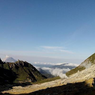 foto pemandangan gunung sibayak