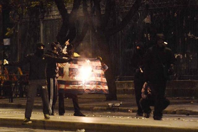 Αποτέλεσμα εικόνας για καψιμο της ελληνικης σημαιας