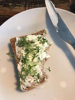Osterkresse ziehen: Es gibt frisches Brot mit Frischkäse und Kresse. Tag 6