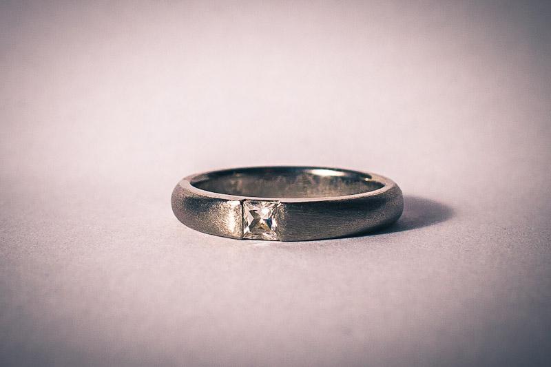 22303855785 Õnneks oli ta nii vastutulelik ja tuli meile ise külla ning võttis näidised  kaasa. Piltidel ongi näha titaanist sõrmusetoorikud ning ka kivi (2,7 x 2,7  mm), ...