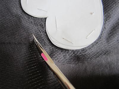 mis nancys, mis peques y yo, tutorial aplique camiseta con pompones, recortar sobrante tul