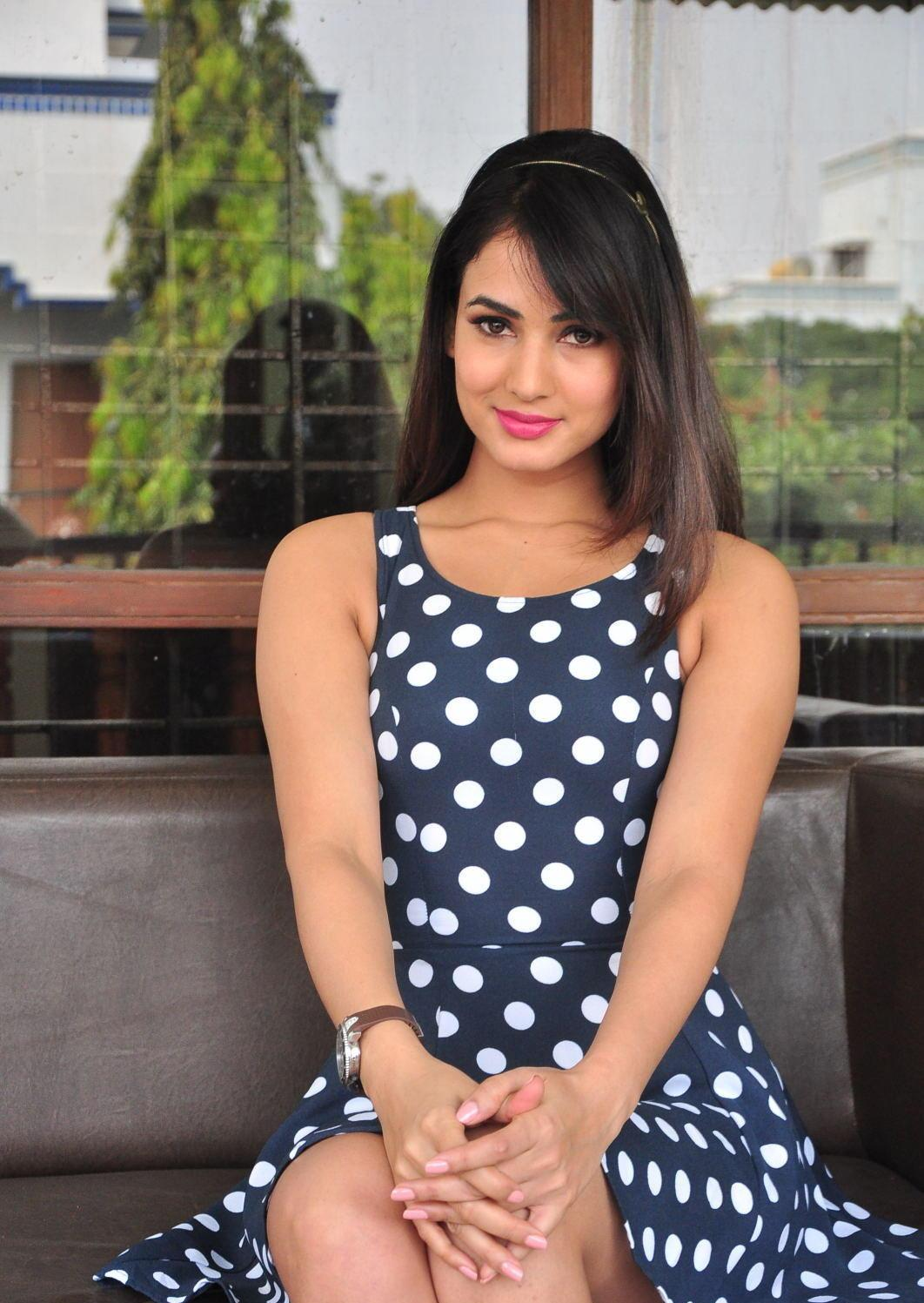 Sonal Chauhan Looks Irresistibly Sexy In A Black Polka Dot -6281