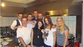 Ο Βαγγέλης Αυγουλάς με ομάδα εθελοντών σε δείπνο της Κρήτης