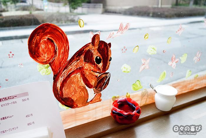 écureuil peint sur la vitrine du kotolier café