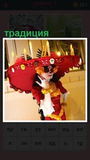 женщина по традиции одела шляпу и свечи зажгла