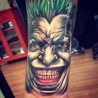 Tatuaje de The Joker comic rostro en primer plano a color