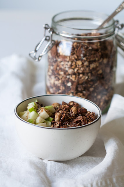 Granola sa kakao prahom, kokosom i bananom