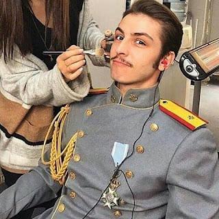 Iată cum arata locotenentul Leon în culise la machiaj!