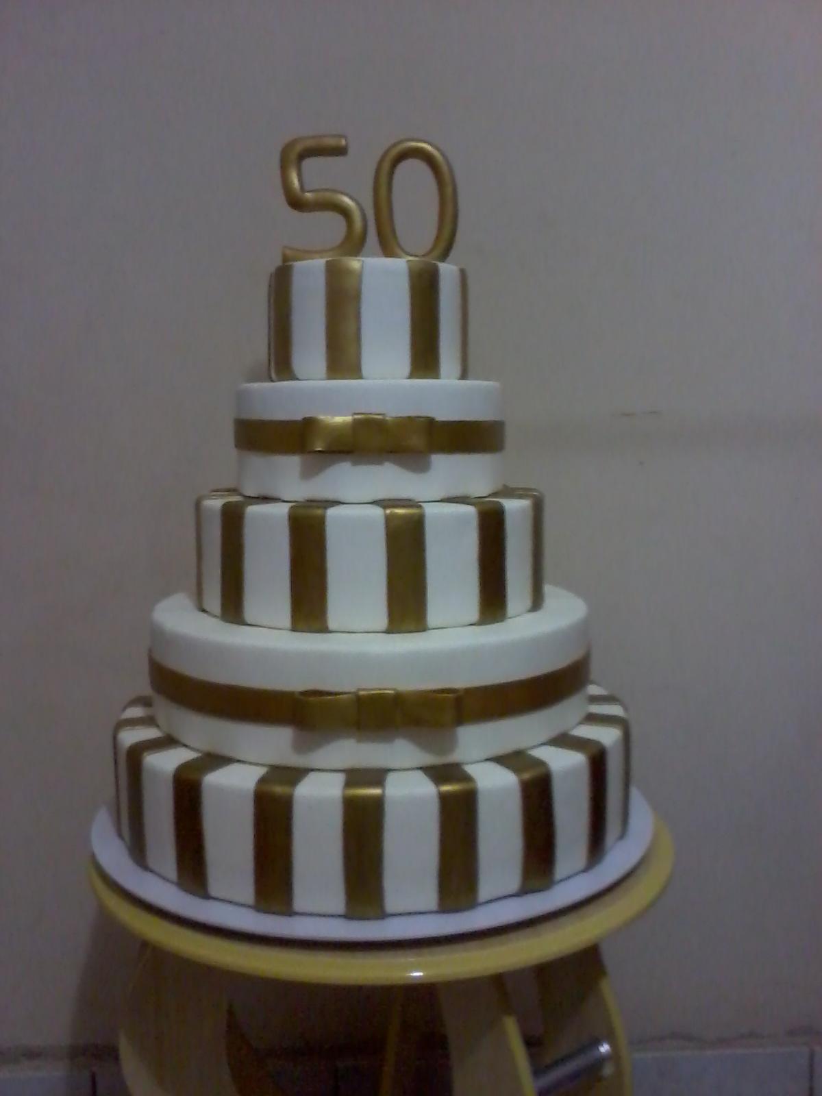 Bolo De Aniversário De 50 Anos Branco E Dourado