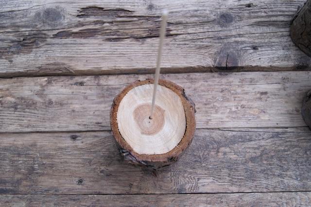 DIY Weihnachtsbaum aus Holzstamm und Schaschlikspieß basteln