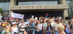 Maestros piden la renuncia de Aristóbulo y un salario de 400 dólares