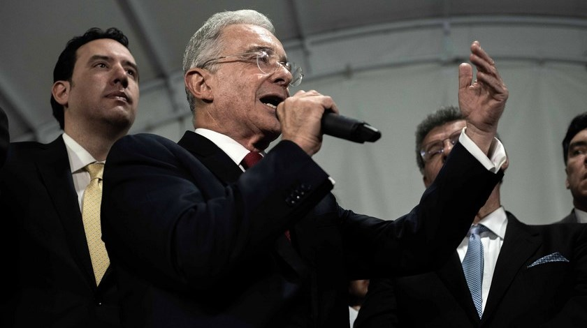 Renunciar, la «última jugadita» de Uribe Vélez