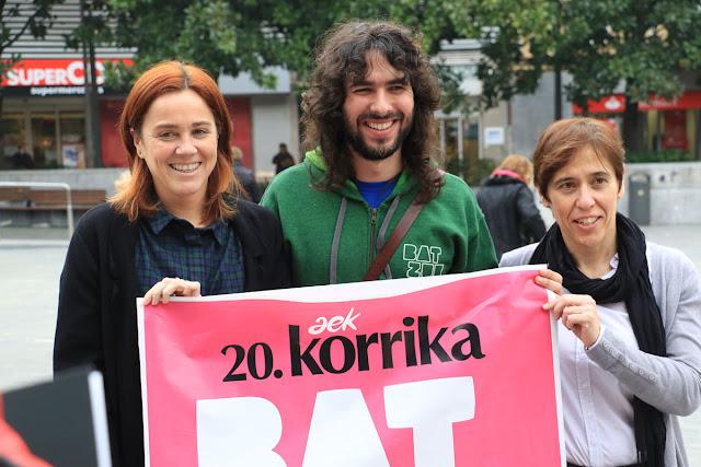La concejala Nerea Cantero (izquierda) junto a los organizadores de Korrika