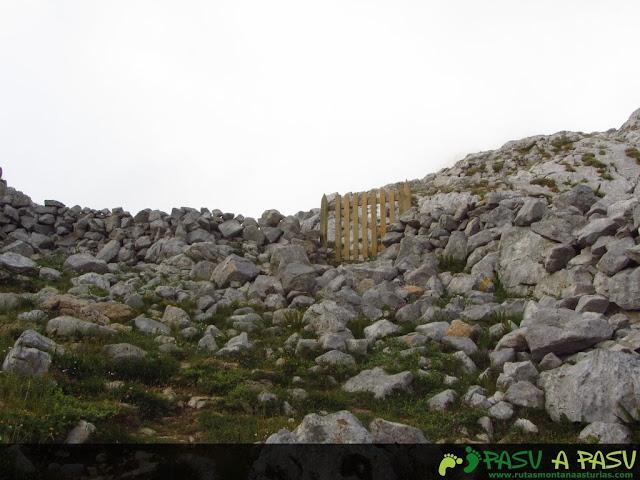 Portilla en el camino del Caben de Remoña