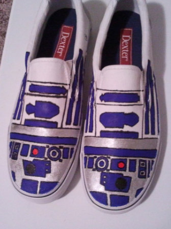 She drew R2 s general shapes on the canvas shoe with pencil beforehand (I  think she freehanded it 0d1334157