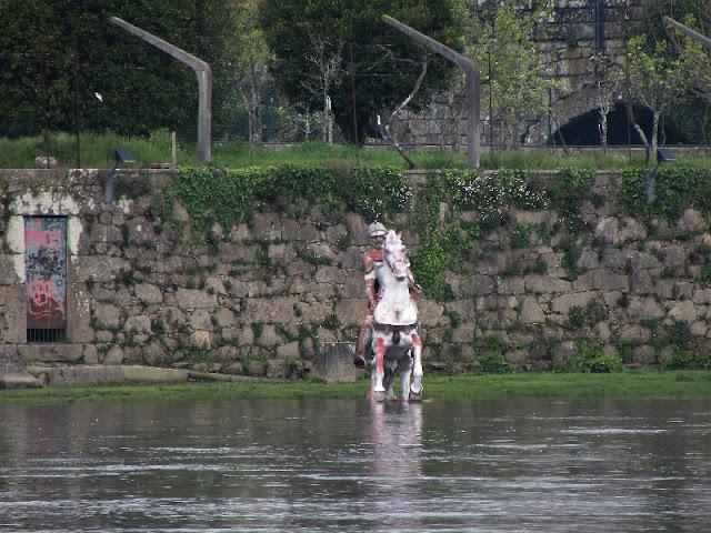 Escultura de soldado romano no cavalo à margem do rio Lima