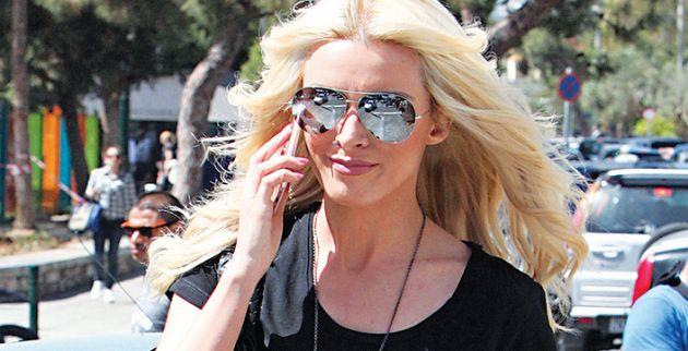 Τι ξέχασε να φορέσει η Κατερίνα Καινούργιου σε βόλτα στη Γλυφάδα [φωτο]
