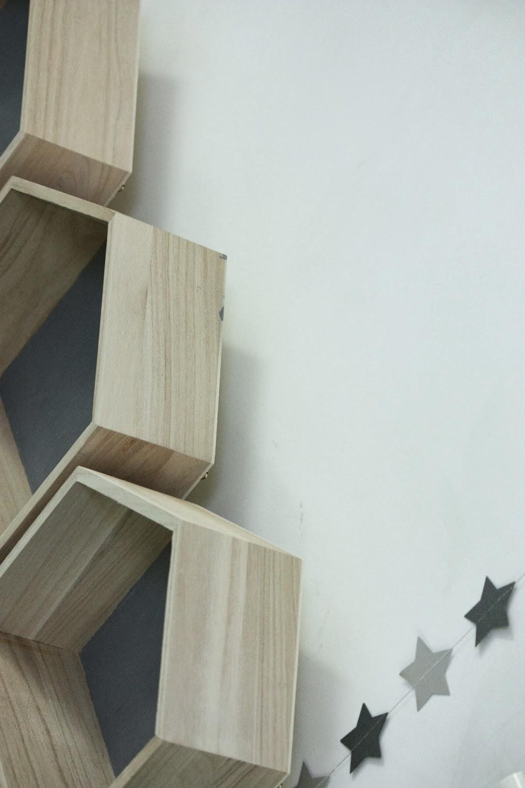 un nouveau regard des petites tag res en forme de maison. Black Bedroom Furniture Sets. Home Design Ideas