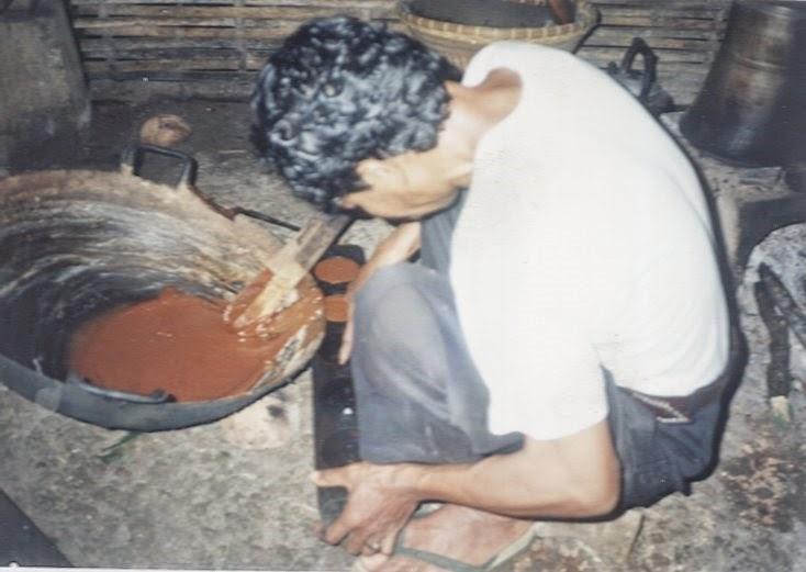 mencetak gula aren menggunakan kayu keras laban