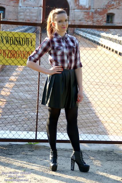 14.05.2017 Koszula w biało-czerwoną kratkę, skórzana spódnica rozkloszowana, czarne rajstopy, lity z ćwiekami