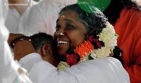 【インド】アンマのハグはなぜ世界中で人気なのか?
