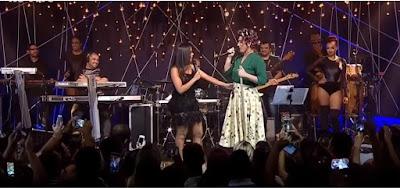 Anitta e Dona Hermínia, personagem de Paulo Gustavo, no Música Boa ao Vivo, do Multishow, em 2016