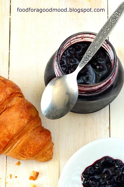 Sezon na na jagody uważam za otwarty :) Zatem czas na pyszną, domową konfiturę. Pracy tutaj mało, za to jaki efekt! Jędrne owoce zanurzone w idealnie słodkim syropie o głęboko fioletowej barwie. To jest to! :) Najlepsza jako dodatek do naleśników i croissantów. Polecam :)