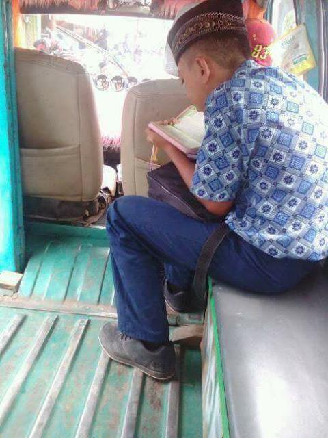 Foto Pelajar Baca Al Quran Dalam Angkot,  Menyebar di Media Sosial