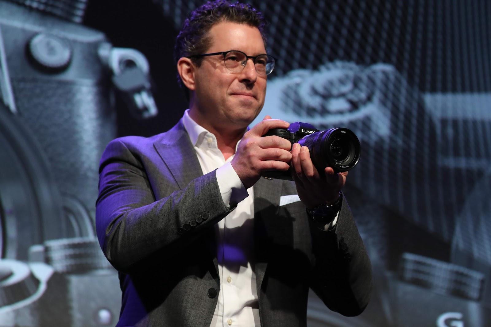 Фотограф держит в руках Panasonic Lumix S1