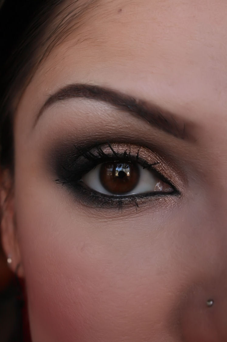 Make-up Artist Me!: Black And Shimmery Nude Smokey Eye
