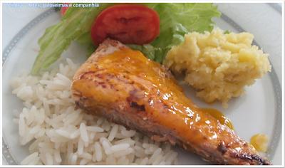 salmão grelhado servido com molho de laranja; MOLHO DE LARANJA