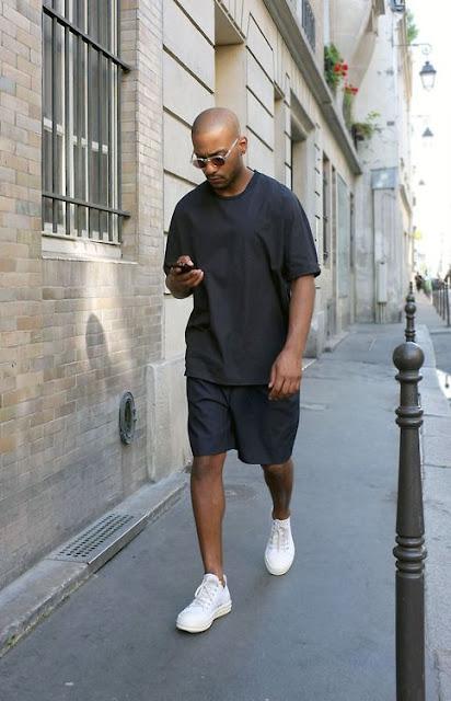 Look masculino com camiseta e bermuda oversized tênis branco